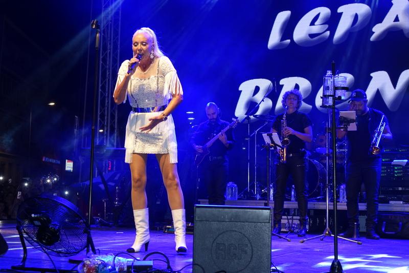 РОШТИЉИЈАДА Лепа Брена на препуном булевару певала своје најпопуларније хитове
