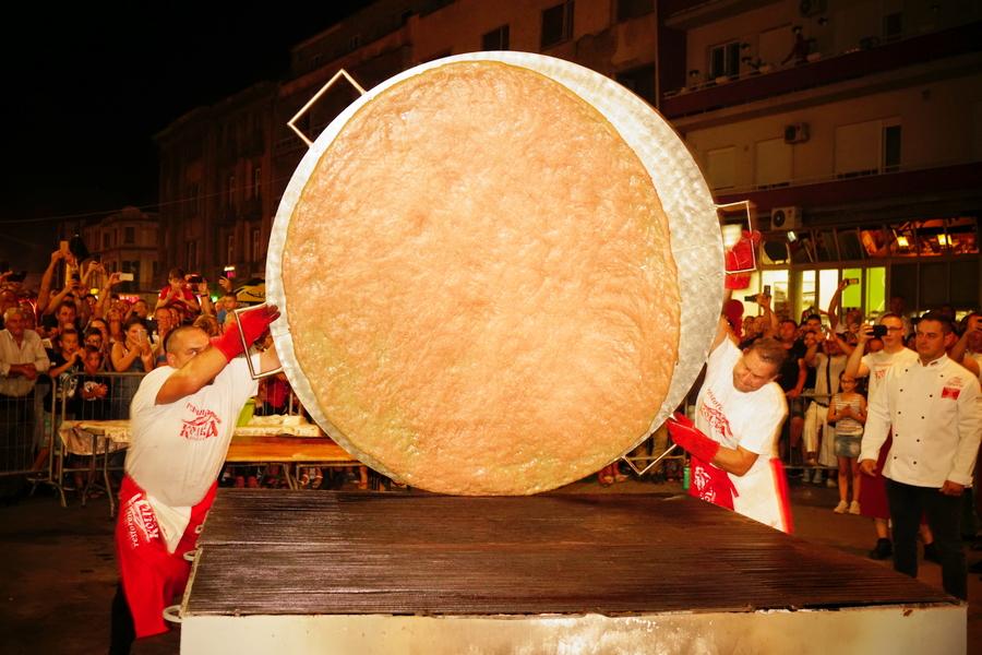 РОШТИЉИЈАДА Највећа пљескавица на свету од 66,5 килограма меса